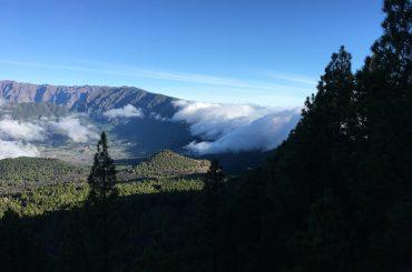 Bergkamm mit Wolken der Cumbre Nueva auf La Palma