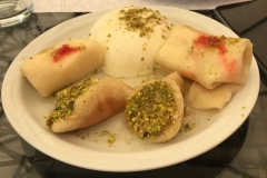 Teller mit Süßspeisen im Zaman in Beirut